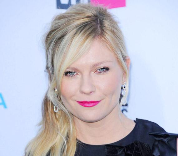 A hosszú, oldalra fésült frufru, amit Kirsten Dunst visel, nem változtatja meg az arc arányait.
