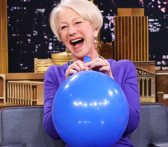 És egy 2015-ös kép a The Tonight Show-ból, amikor megmutatta, hogy egy-két szippantás héliumos lufival az angol akcentusa is hibátlanul tökéletes és verhetetlen. Szépségéhez rengeteget hozzátesz, hogy szívesen mosolyog, és nevettet meg másokat, akár a saját kárára is.