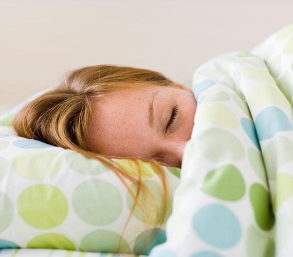 Ha oldalt fekszel, a dekoltázsodon könnyen megtörik a bőr, akár kicsi a melled, akár nagy. Ékelj egy párnát a cicik közé, hogy ne csússzanak össze.