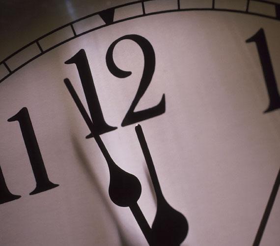 Egyes vélemények szerint az éjfél előtt alvással töltött idő számít. Ha nem is fekszel le tízkor, éjfélre már mindenképpen legyél ágyban, hogy legyen elég ideje a szervezetnek a regenerálásra.