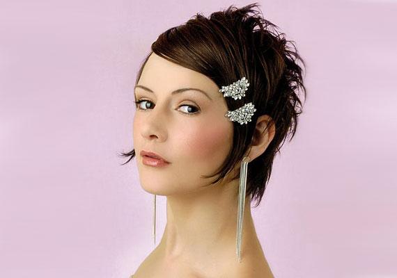 eaa44fb677 Két díszes franciacsattal is lehet elegáns és nőies frizurád az esküvőre.