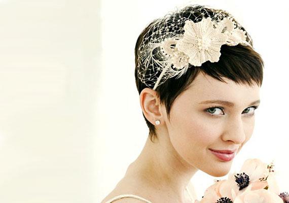 dad89facbe Mini fátyolnak is beillik ez a hajpántos megoldás, ami franciás bájt  kölcsönöz a menyasszonynak.