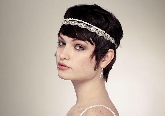 331924f699 A sikkes húszas éveket idéző hajdísz remek lehet, ha egyszerű szabású,  empire menyasszonyi ruhát