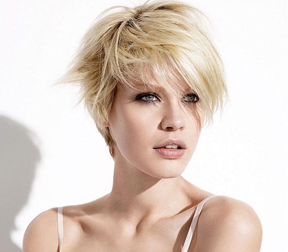 Egy kis tupír a rövid hajnak sem árt. A minimális lenövés optikailag többnek mutatja a hajat.
