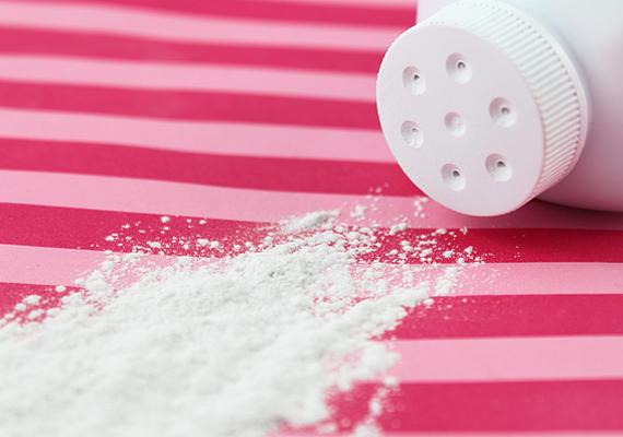 Lábizzadásra használj szalicilsavat és timsót tartalmazó hintőport, ezek megállítják a kóros verejtékezést.