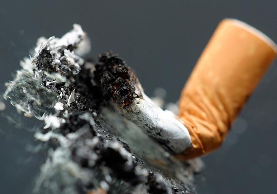 A cigaretta egyebek közt a narancsbőrért is felelős, ugyanis a nikotin szűkíti a bőrben futó ereket, így romlik a vérellátás, ami a kötőszövetek roncsolódásához vezet.