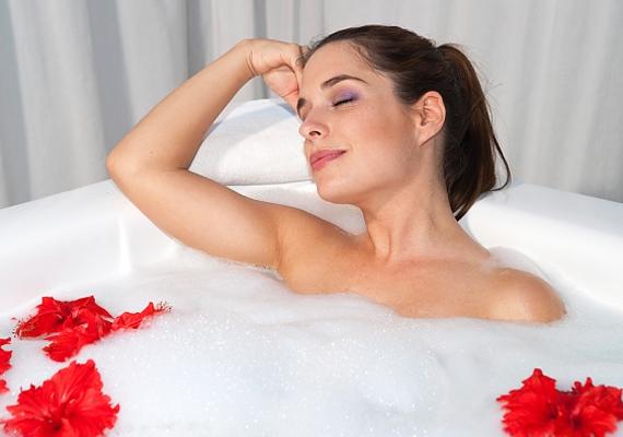 A forró fürdő miatt a kötőszöveteid még jobban meglazulnak, így lehetőleg válaszd inkább a zuhanyozást a hosszú pancsolás helyett.