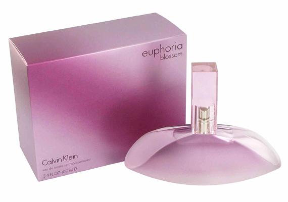 Calvin Klein Euphoria Blossom parfümje egy virágos-gyümölcsös illatvilágot képvisel, négy fő összetevője az orchidea, a lótuszvirág, a babarózsa és a gránátalma. Az 50 ml-es kiszerelés körülbelül 11 ezer forintba kerül.