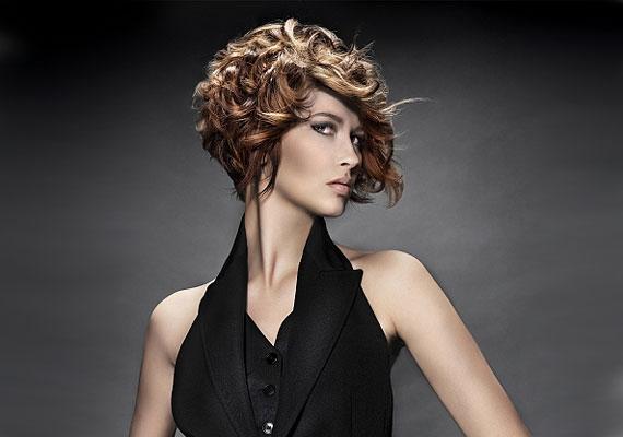 Ha rövid a hajad, akkor oldd fel a szigorúságát egy kis göndörséggel.