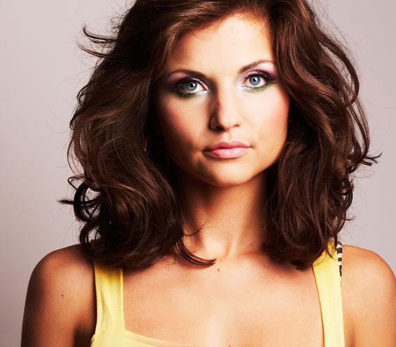 Egyszerű, félhosszú haj. Ha szépen ápolt, akkor veri a frizuracsodákat.