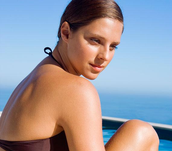 A fotoöregedést a napozás okozza, bármennyire is szép a barna bőr, kerüld a napot.