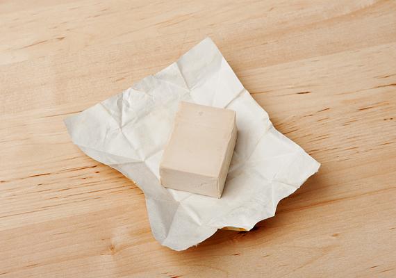 A B-vitaminban gazdag élesztő kisimítja még a legbarázdáltabb ráncokat is. Joghurttal kikeverve alkalmazd maszkként, majd ha lemostad, hidratáld a bőröd.
