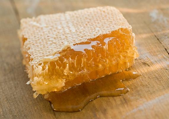A méz univerzális fertőtlenítőszer, a száraz bőrt hidratálja, míg a zsírosat megtisztítja, így bátran használhatod bármilyen arcpakolás összetevőjeként.