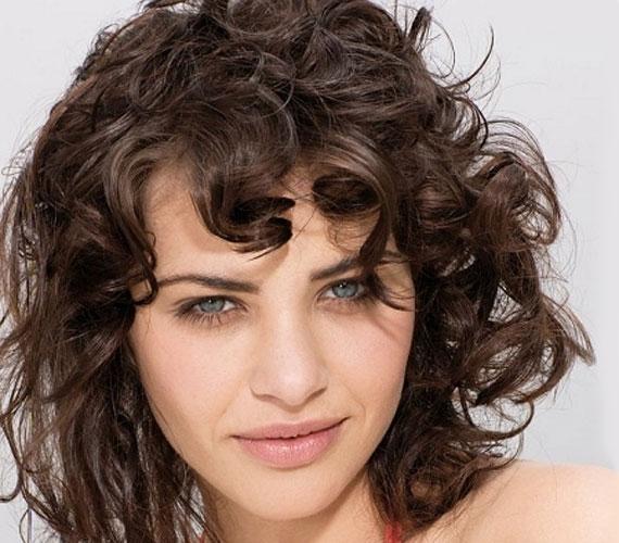 A göndör haj mindig dúsnak tűnik, és finomítja a túl vékony arcot.