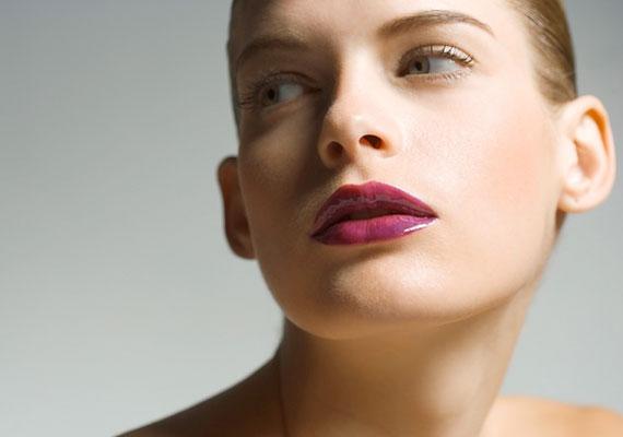 Az erős szájfestés is divat, és gyönyörű tud kenni, de a barna és lila helyett válassz mást.