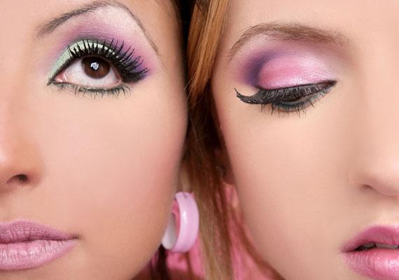 A rózsaszín szemhéjpúder könnyen beleül a ráncokba, és kihangsúlyozza őket.