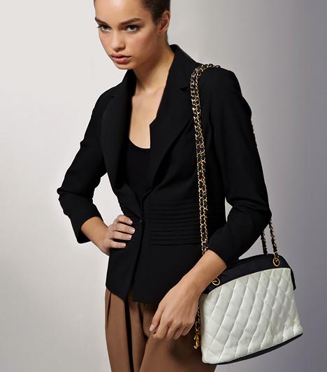 A Chanel fazon                         A steppelt, láncos vállpántú, ma már kultikussá vált táskafazont eredetileg Coco Chanel alkotta meg 1955-ben. Népszerűségét egyszerű eleganciájának is köszönheti, mely révén sokféle stílushoz képes alkalmazkodni. A letisztult tengerészstílusba is beültetheted, ami tavasszal ismét visszaköszön.