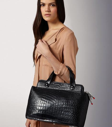 A klasszikus fekete  Ha a visszafogott elegancia híve vagy, a klasszikus fekete táska mellett is dönthetsz, mely sohasem megy ki a divatból, és jól variálható. A hatvanas évek merev táskafazonjával hangsúlyosabbá teheted.