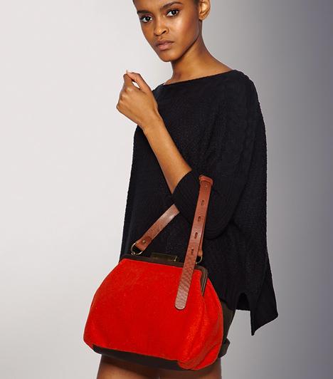 A vadítóan piros  Bármilyen fazont választasz, a piros szín még inkább feldobja a táskádat. Nem csupán azért szerethető, mert a tavasz legdominánsabb divatszíne lesz, hanem, mert az öltözékedtől függően képes elegánssá, bohémmá vagy romantikussá alakulni.