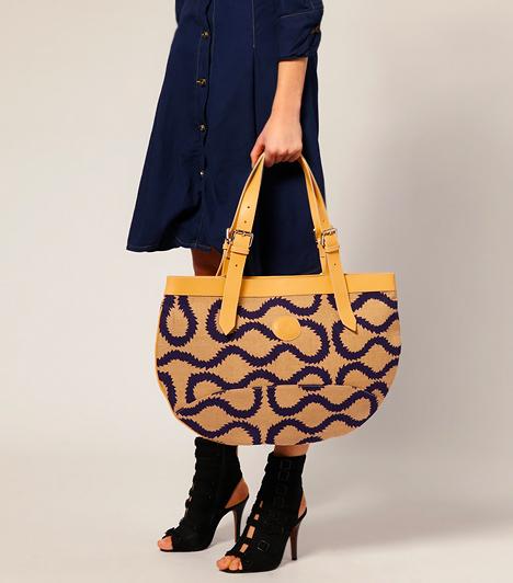 A tapétamintás  A hetvenes évekbe nyúltak vissza a tervezők a színes tapétamintákért, melyek akkoriban a lakberendezésben és az öltözködésben is főszerepet kaptak. Idén a táskákon hódítanak leginkább.