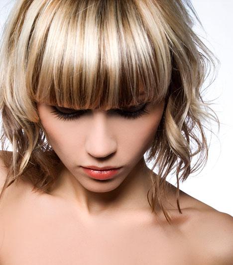 Tépett göndör  Elöl egyenes, oldalt játékos. A nagy frufru akkor jó, ha az arcod hosszúkás. Oldalt vékonyabb csavarókra tekerd fel a hajat, ez sokkal kíméletesebb, mint ha hajsütővassal dolgoznál. A végén elég, ha egy kevés fényszérumot szórsz a hajra, és az ujjaiddal lazítod a becsavart tincseket.