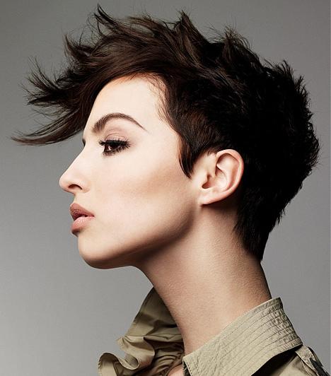 Vagány tincsek  A rövid haj keveseknek áll jól, ám ha neked is ennyire finom arcformád van, bátran kísérletezz vele. Fésüld előre a hajad, majd egy kis waxszal fixáld az összekuszált tincseket.
