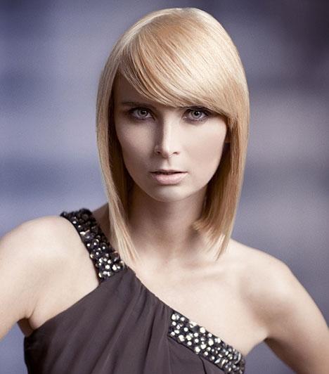 Hosszú frizura  Vékony szálú hajhoz általában nem javasolják a hosszú frizurát, mert könnyen lelapul. Ez a szögegyenes frizura nem baj, ha nem áll égnek, egyszerűségében rejlik a szépsége. Belőni otthon sem nehéz, csupán hajvasaló kell hozzá, de szánj rá időt.