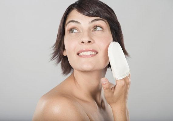 Túltisztítás - A kozmetikai cégek a zsíros, pattanásos bőr problémájának megoldását sajnos az alkoholos, szárító termékekben vélik megtalálni. A bőr pedig a szárítás ellen még több zsírral küzd, magyarán nemhogy segít, de ront a helyzeten, ha túlszárítod.