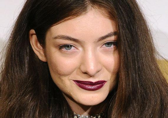 Lorde pattanásait arra használta, hogy biztassa rajongóit önmaguk elfogadására. Smink nélküli fotójával üzente, hogy nem kell hibátlannak lenni.