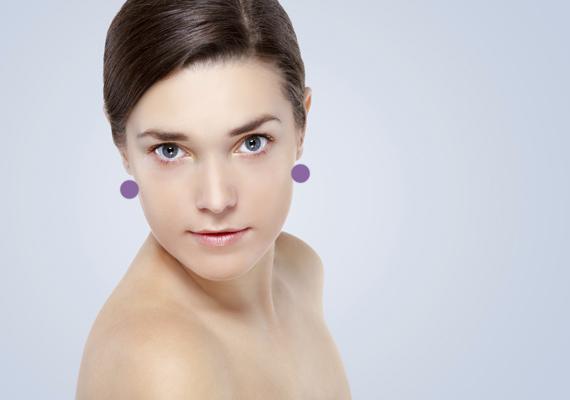 A következő pontot az állkapocs mögött, illetve a fülcimpák alatt találod. Ennek a stimulálásával ragyogóbb arcbőrt érhetsz el, mert fokozod a nyirokkeringést.