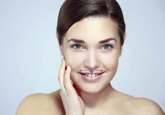 Ha a mutatóujjaddal az orr és az ajkak közötti pontot nyomod meg, azzal csökkentheted az apróbb gyűrődéseket, ráncokat az ajkak körül. Mindkét irányba simíts is a bőrön.