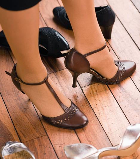Pántos cipőHa a bokád nem vékony, a lábadat pedig vastagnak találod, inkább ne válassz bokapántos szandált, mert kettévágja a lábfej sziluettjét, és rövidíti a lábat.Kapcsolódó cikk:Rövid a lábad? - Tegyél hozzá plusz 10 centit! »
