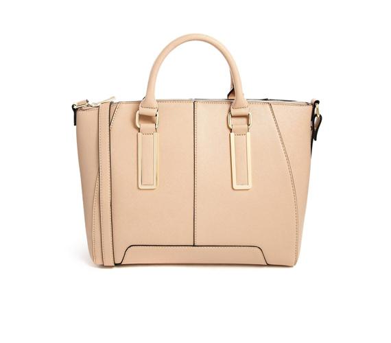 Egy olyan táskára is szükség van, ami minden alkalommal megállja a helyét, és sohasem megy ki a divatból. Mi a bézs árnyalatot ajánljuk, mert az tényleg mindenhez passzol.