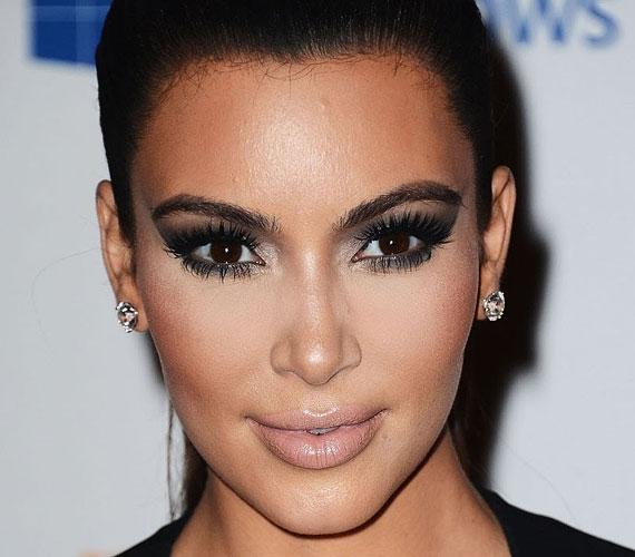 Kim Kardashian védjegye az arckontúr, mely tökéletesen kiemeli előnyös tulajdonságait. Hogy hogyan készítheted el otthon, azt itt olvashatod el.