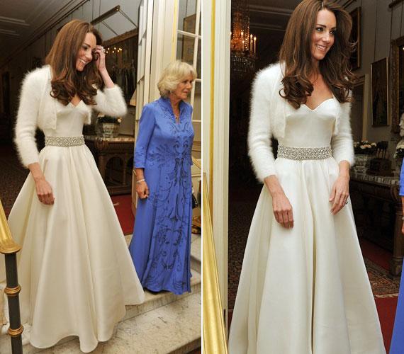Az esti fogadásra szintén egy Sarah Burton által tervezett ruhát vett fel, igaz, picit egyszerűbbet.