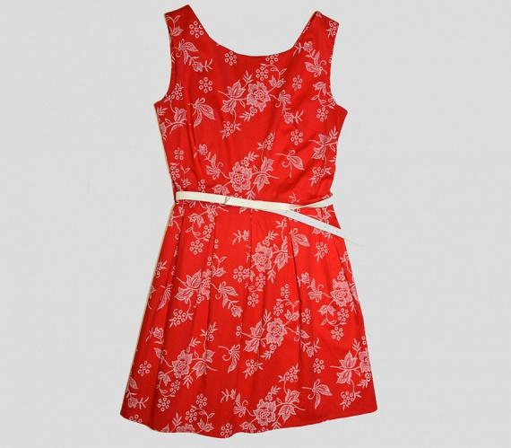 Az alma alkatúak is viselhetnek kis ruhát, akár derékövvel. A lényeg, hogy a hossza ne legyen se túl rövid, se túl hosszú, de mutassa meg a lábakat. Továbbá a szoknyarész legyen A-vonaban bővülő, hogy a csípőrésznél ellenpontozza a kevésbé karcsú derekat.                         A képen látható ruha az AsiaCenterben 5000 forint.