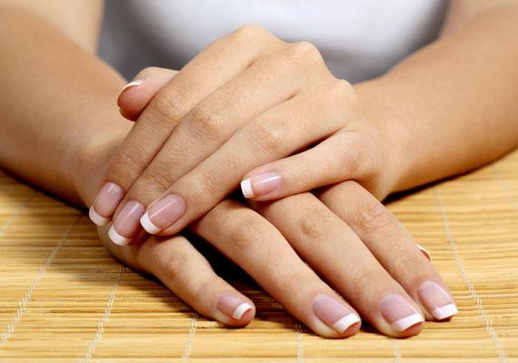 Ha szeretnéd, hogy tartósabb legyen a manikűröd, akkor cseppents a lakkmentes körmökre almaecetet. Természetes gyümölcssavtartalmának köszönhetően hatékonyan távolítja el a felületén található zsírokat, így a lakk is sokkal jobban fog tapadni.