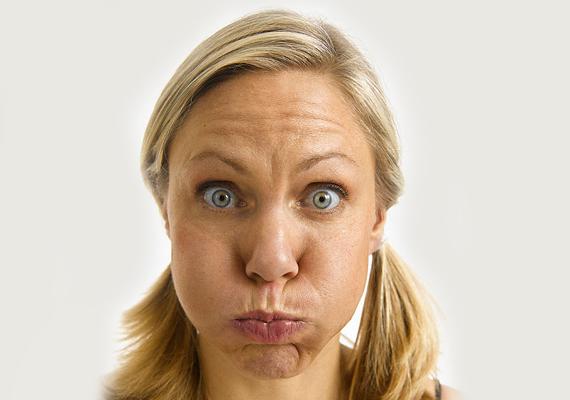 A száj környékén kialakuló ráncocskák ennek a gyakorlatnak az eredményeként könnyen elmélyülhetnek, és az arcbőr feszessége is csökkenhet.