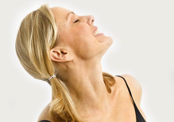 Az állkapcsot erősíti ez a jógamozdulat a leírás szerint. A fióka mozdulat közben a nyelvet a szájpadláshoz szorítva kell nyelni, miközben a fej balra vagy jobbra biccent. Nem lehet egyszerű.