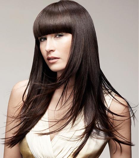 Szintén egyenes frizura, de éppen ellenkező hatást érhetsz el vele. A frufru és a sötét haj szélesíti az arcot, mert az arccsontokra irányítja a figyelmet.Kapcsolódó cikk:6 frizura, ami karcsúbbnak és fiatalabbnak mutat »