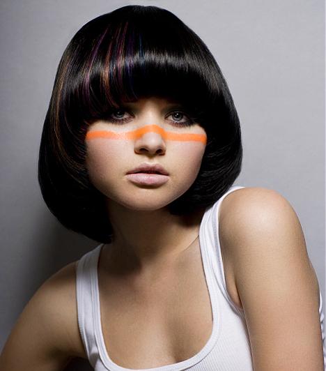 Ha a hajjal nem kompenzálni szeretnél, hanem kiemelni, akkor az arcformához hasonló frizurát válassz. A képen látható lány gömbölyű vonásait még bájosabbá teszi a különleges Kleopátra-frizura.