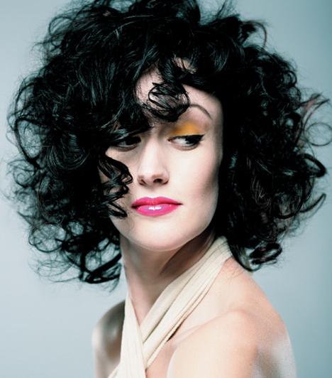 A göndör fürtök nem csupán a hosszúkás arcon segítenek, de a négyszögletesen is. Tompítják az arc éles kontúrjait. Kapcsolódó cikk:6 frizura, ami dúsabbnak mutatja a hajad - Képekkel, amiket a fodrászodnak is megmutathatsz »