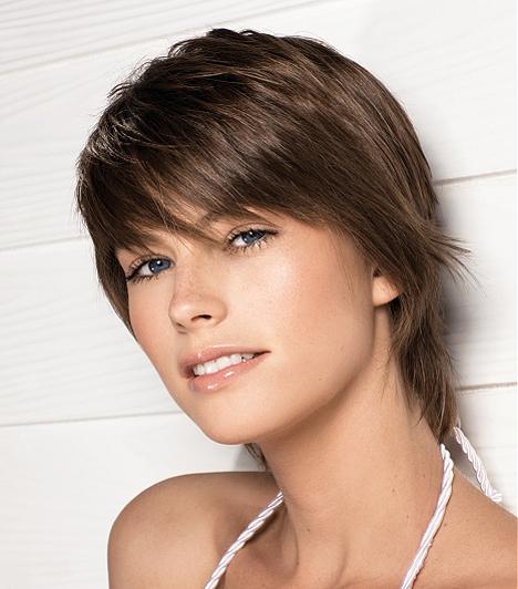 A rövid haj is lehet nagyon nőies, bár kétségtelen, hogy a férfiak inkább a hosszú fürtökre buknak. Ez a frizura előnyös, ha a homlokodat túl magasnak tartod, de a nyakad ívét szívesen kiemeled.Kapcsolódó cikk:Így növeld kétszeresére a hajtömeged! - 4+1 pofonegyszerű tipp »