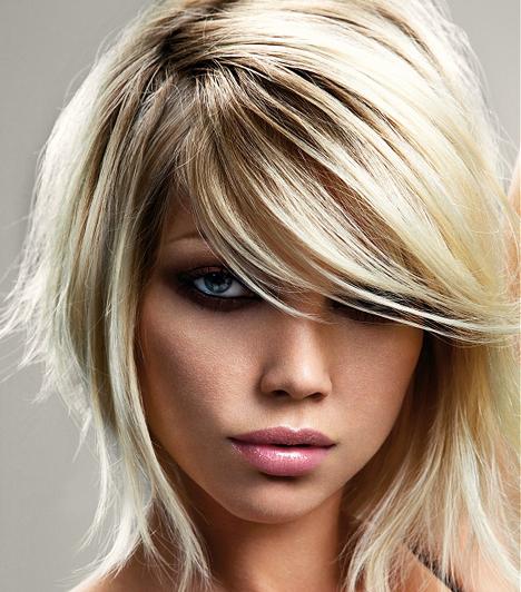 Nem csak az arcvonásaidat korrigálhatod egy jó frizurával. Ez a lépcsőzetesen vágott, félhosszú haj ideális lehet pici lányoknak. A hosszú haj sokszor összenyomja az alacsony alakot.