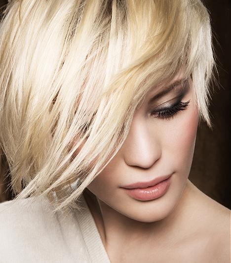 Ha túl erős az állkapcsod, akkor ezzel a féloldalas frizurával kompenzálhatod. A frufru a kikacsintó szemre és az orra irányítja a figyelmet.Kapcsolódó cikk:A 3 legjobb profi hajformázó - Fodrász nélkül tökéletes frizura »