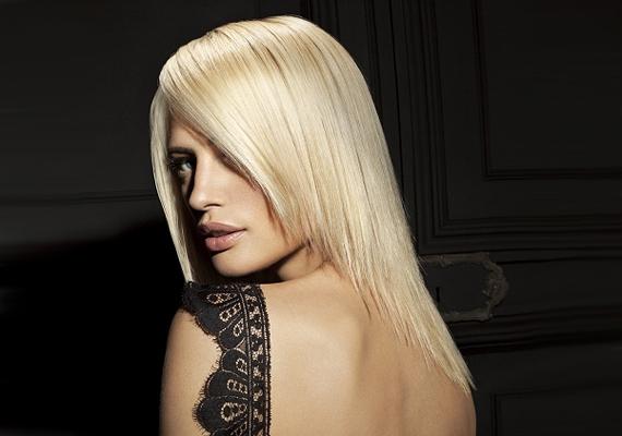 A kiegyenesített haj megnyújtja az arcot, így keskenyebbnek mutatja azt.
