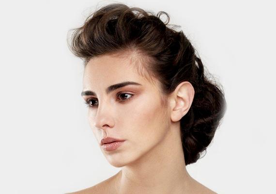 Ha a tupírt, vagy a frufru hátracsatolását választod, azzal szintén csalhatsz picit. Így az arcod sokkal nyújtottabbnak tűnik, amit a homlok még magasabbra tol. Így az arc vékonyabbnak látszik.