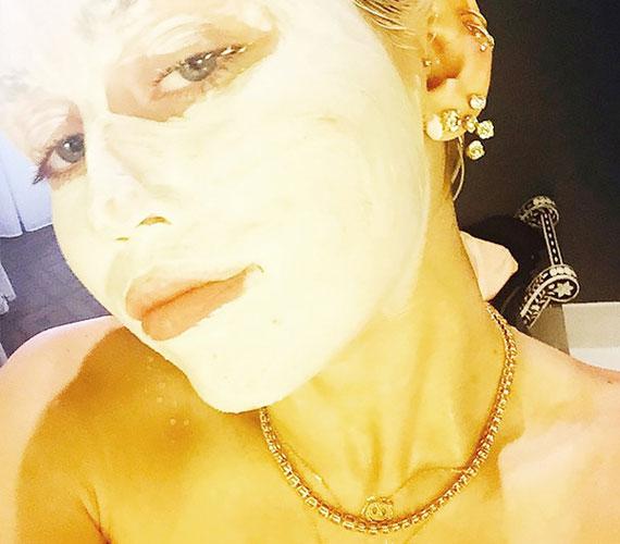 Miley Cyrus természetesen nem maradhat ki a buliból, ő gyémánt nyakláncban teszi fel az arcmaszkot.
