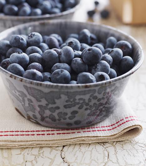 ÁfonyaA kis kék bogyó, ami itthon is egyre több helyen kapható, kiváló antioxidáns. Tápanyagai nemcsak feszesítik a bőrt, de új élettel töltik meg, így, ha szürkének és fáradtnak érzed, vesd be az áfonyát.Kapcsolódó galéria:Antioxidáns gyümölcsök »