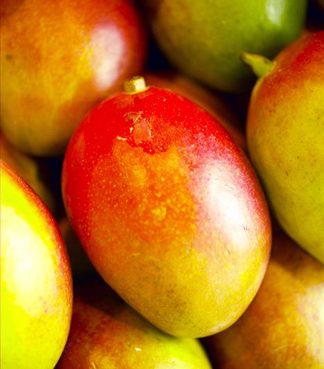 MangóA legtöbb déligyümölcs jó hámlasztó, és kíméletes az érzékeny bőrhöz is. A trópusi hámlasztóhoz egyszerűen törj össze, illetve turmixolj össze egy mangót, és vidd fel a megtisztított arcra. Ez nemcsak hámlasztó, hanem tápláló pakolás is, a gyümölcs ugyanis tele van vitaminokkal, melyek energiával töltik fel a bőrt, és eltüntetik róla a fáradtságot.